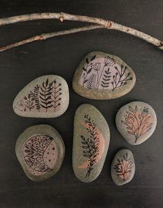 Stone Art Painting, Dot Art Painting, Pebble Painting, Pebble Art, Rock Painting Patterns, Rock Painting Designs, Painted Rocks Craft, Hand Painted Rocks, Stone Crafts