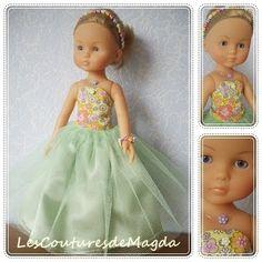 Bonjour, encore deux petites princesses qui arrivent avec leurs robes de bal:  Robe en satin et tulle vert, et coton imprimé fleurs. La poupée porte aussi un serre-tête et un bracelet de perl…