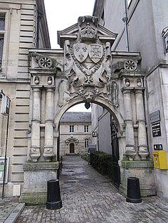 Compiègne - portail de l'ancien arsenal - aujourd'hui  entrée du Musée de la Figurine
