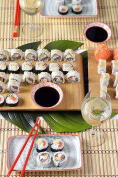 Sprinkles Dress: Homemade sushi - uramaki e futomaki Sushi Recipes, Asian Recipes, Healthy Recipes, Ethnic Recipes, Sushi Co, A Food, Food And Drink, Homemade Sushi, Tasty
