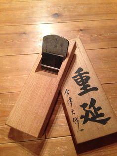 左重延 二寸 Japanese Woodworking Tools, Japanese Carpentry, Japanese Tools, Carpentry And Joinery, Carpentry Tools, Woodworking Projects, Tool Board, Hand Tools, Bottle Opener