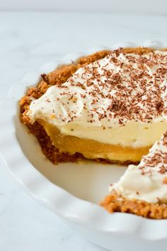 This simple, no bake banoffee pie has layers of buttery biscuit base, thick and sweet caramel, slices of fresh banana and a cloud of soft whipped cream. An easy, delicious no bake dessert that is sure to be an instant crowd pleaser! No Bake Desserts, Easy Desserts, Delicious Desserts, Cold Desserts, Key Lime, Vegan Banoffee Pie, British Desserts, Cake Recipes, Dessert Recipes