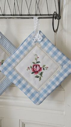 Pretty idea for coasters. Potholder Patterns, Mug Rug Patterns, Quilt Patterns, Sewing Patterns, Cross Stitch Embroidery, Embroidery Patterns, Hand Embroidery, Sewing Art, Sewing Crafts