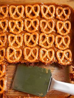 Caramel Pretzel Brownies- just 3 ingredients and a super simple, delicious #recipe