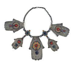 COLLECTIE TROPENMUSEUM Halsketting met vijf handjes van Fatima TMnr 5070-2 - Category:Khamsa - Wikimedia Commons