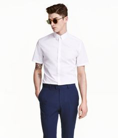 Short-sleeved shirt in a cotton blend with a turn-down collar and easy-iron finish. Fitted cut with shaping darts at back. Slim fit.
