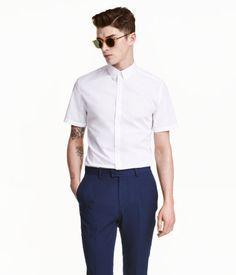 Kortærmet skjorte i bomuldsblanding. Skjorten har turn down-krave og er figursyet med formsyede indsnit i ryggen. Slim fit. Easy iron.