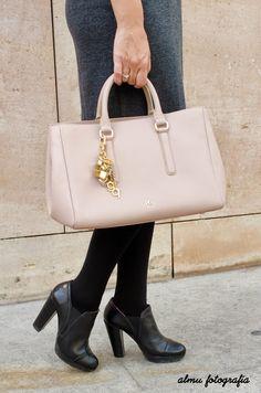 http://sochicbypatricia.blogspot.com.es/2014/12/vestido-gris-complementos-rosa.html