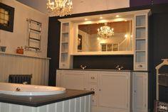 badkamer meubel traditional in kleur Taupe Van Heck badkamers Experience store met bad met lambrisering ombouw in dezelfde kleur als meubel geschilderd .1500 m2 landelijke badkamers