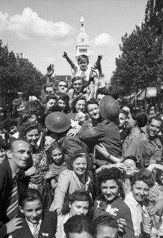 The British Army In North-West Europe Cheering crowds greet British troops in Paris, 26 August Old Paris, Vintage Paris, Paris In August, August 26, Liberation Of Paris, Victory Parade, Battle Of Britain, American Soldiers, Paris Photos