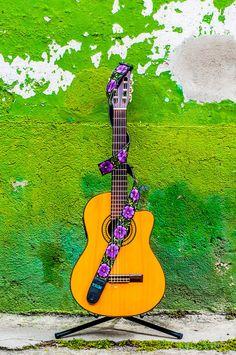 Design: Doble Flor (Double Flower). Colors: Lilac, Purple, Green / Lila , morado, verde. Guatemalan embroidered leather guitar strap  Doble by TildeStraps, $60.00. Foto: Jhonathan F. Gómez.