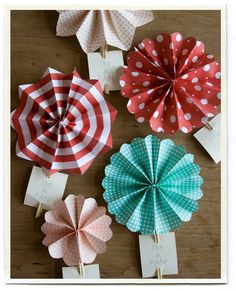 DIY: paper fans (by inchmark) Origami, Diy And Crafts, Crafts For Kids, Arts And Crafts, Family Crafts, Paper Rosettes, Paper Flowers, Diy Paper, Paper Crafts