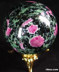 All about crystal balls, and crystal gazing. How do you use crystal balls. Crystal Egg, Crystal Sphere, Crystal Skull, Natural Crystals, Stones And Crystals, Gem Stones, Minerals And Gemstones, Rocks And Minerals, Crystal Background