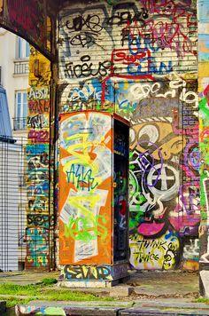 Les portes et les murs sont dans la plus grande confusion ! / Street art./ Voie de La Petite Ceinture, Paris, France.