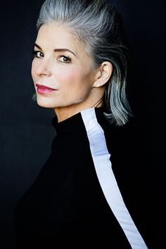 Hoe draag je wit als diep kleurtype? Color Type, Colour, Messy Bob Hairstyles, Color Me Beautiful, Isabelle, Silver Age, Grey Hair, Mannequins, Short Hair Styles