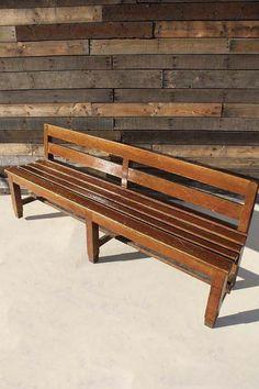 ◆003-15639XS◆ウッドベンチ◆コクのある飴色のベンチ。 座面には体に沿うように緩やかにカーブがついています。 ナナメに切られたサイドの処理のさりげない美意識。