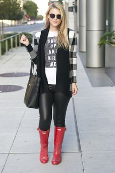 Britt+Whit: Fall cardigan with Hunter Boots Hunter Boots Outfit, Black Hunter Boots, Cute Preppy Outfits, Fall Outfits, Boot Outfits, Cowgirl Outfits, Outfit Winter, Cowgirl Boots, Western Boots
