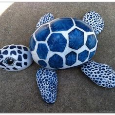 This interesting list of turtle painted rock will give you many ideas. See examples of this extraordinary turtle painted rocks. Turtle Painting, Pebble Painting, Pebble Art, Stone Painting, Diy Painting, Yard Art, Art Rupestre, Turtle Rock, Art Pierre