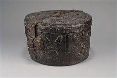 Case for the crown of the King of Sweden, early 14th century. Historiska muséet, föremålsidentitet 181818, inventarienummer 29751, sakord kronfodral, material läder, 1300-talets förra hälft.