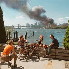 Spotkanie z płonącymi wieżami w tle. Historia kontrowersyjnej fotografii Thomasa Hoepkera, która stała się symbolem