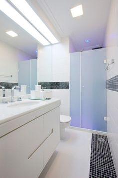 No banheiro deste apartamento paulistano, a designer de interiores Jóia Bergamo preferiu distribuir spots embutidos pelo forro de gesso para não reduzir a altura do pé-direito de 2,40 m.