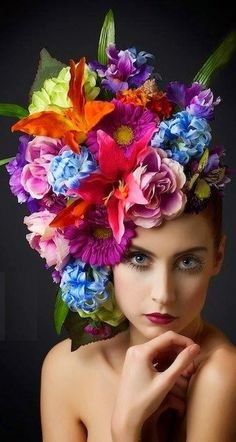 Beautiful flowers in her hair Casco Floral, Floral Headdress, Flower Hats, Flower Crowns, Floral Fashion, Her Hair, Flower Power, Beautiful Flowers, Colorful Flowers