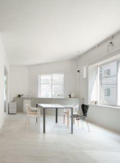 Minimalistic dining room with black Series 7 chair from #FritzHansen | Teruhiro Yanagihara