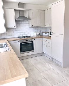 32 ideas for the small kitchen. Modern kitchen with a narrow design and wooden worktop. Page 30 of 32 – White N Black Kitchen Cabinets Home Decor Kitchen, Kitchen Interior, New Kitchen, Kitchen Wood, Floors Kitchen, Kitchen Grey, Awesome Kitchen, White Kitchen Floor Tiles, Kitchen Backsplash