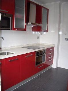 cocina roja kitchen red Kitchen Units, Red Kitchen, Black Kitchens, Kitchen Colors, Mini Kitchen, Modern Kitchen Cabinets, Kitchen Pantry, Kitchen Interior, Kitchen Decor