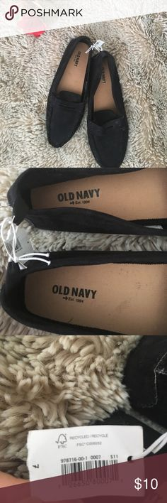 Black Loafers Cute little loafers for work or a Saturday brunch, can fit a size 7 but could probably fit a 6-1/2 as it is a little tight - Will clean before sending - No trades - No discoloration - Make me an offer 💋 - Bundle on 2+ for 15% off Old Navy Shoes Flats & Loafers