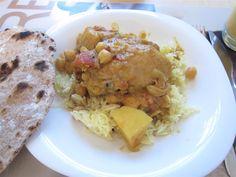Hagyományos, ízletes indiai étel előre elkészített fűszerkeverékből, egy kis krumplival és csicseriborsóval feldobva.