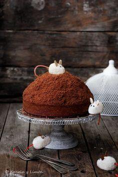 La receta de hoy, es un popular postre polaco llamado Kopiec Creta (espero haberlo pronunciado bien :P) Este postre consiste (en su versión más tradicional) en un bizcocho de chocolate ahuecado y rell