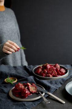 Comme le ragoût de boulettes de maman servi avec des betteraves marinées est inimitable, on n'a pas essayé de l'égaler, mais plutôt de colorer un peu cette recette tout en conservant le bon goût réconfortant de la tradition. Fall Recipes, Stew, Strawberry, Meat, Fruit, Comme, Food, Cooking Recipes, Essen