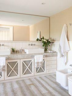 Baño en blanco con suelo de madera y armario doble_ 00296517