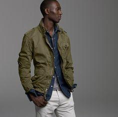 デニムシャツにカーキのジャケットを合わせたかっこいいファッション