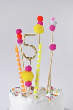 Pom Pom Birthday Cake Topper Tortendeko<br> Adorable and simple, see how to create this Pom Pom Birthday Cake Topper for your next party! Banner Cake Toppers make celebrations so much more fun. Bolo Drip Cake, Bolo Cake, Diy Cake Topper, Birthday Cake Toppers, Birthday Fun, Birthday Parties, Fun Birthday Cakes, Fete Emma, Diy Party