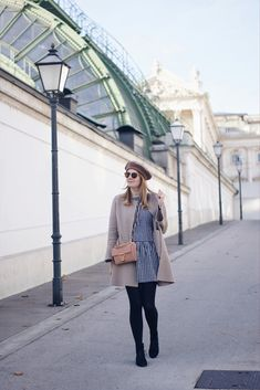 Herbst Streetstyle Outfit mit Zara Mantel Karokleid und Baskenmütze in Wien