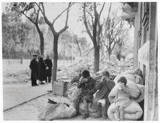 Niños desconsolados, junto a las ruinas de su casa en Madrid, destruida por los bombardeos fascistas. 7 de diciembre de 1936.- TODOS LOS ROSTROS: 46 fotos de niños y niñas republican@s. Heridos, muertos, refugiados, asustados...: La Memoria al servicio de la Justicia. Día 59
