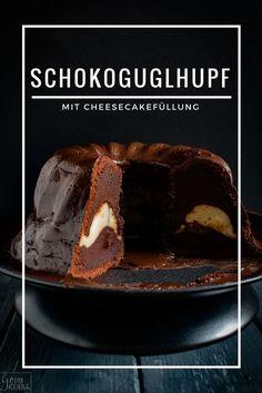 Ein saftiger Schokoladenguglhupf mit einer Füllung aus Cheesecake. Besser geht nicht! #chocolate #schokolade #cheesecake #füllung #käsekuchen #filling #guglhupf #bundt #cake