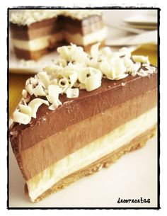 DECORECETAS: tarta tres chocolates. Truco:para que al partirla las capas no se separen antes de echar una encima de la otra , hacer unas rayas con un tenedor por la superficie.