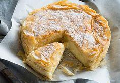 Selanik Böreği-Bougatsa Tarifi için Yunanlılar'ın yemek dünyasına bir hediyesi demek mümkün. Tereyağlı çıtır yufkaların, irmikli krema ile buluştuğu tarif