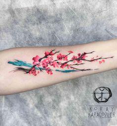 Bela flor de cerejeira tatuagem no braço. O braço é um dos melhores lugares para colocar uma tatuagem de flor de cerejeira, uma vez que pode dar forma ao design dos ramos estendendo-se para mostrar a verdadeira beleza das flores. (Foto: Fontes de imagem)