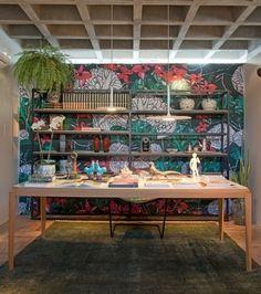 Personalize seu home office com um papel de parede que você se identifique. A Sala de Leitura, de Tiago Falcão, por exemplo, traz uma estamparia assinada pelo designer Marco D'Júlio, inspiradas nas orquídeas