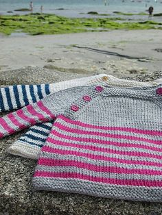 Ravelry: Langoz pattern by Julie Chanudet Free Baby Sweater Knitting Patterns, Knit Baby Sweaters, Knitted Baby Blankets, Knitting For Kids, Baby Pullover Muster, Raglan Pullover, Ravelry, Pull Bebe, Jacket Pattern