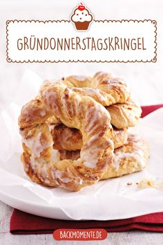 Gründonnerstagskringel Easter Holy Thursday ring to bake yourself. These delicious curls cannot be missing at Easter. Whole30 Recipes Lunch, Healthy Dessert Recipes, Easy Desserts, Crockpot Recipes, Dinner Recipes, Donut Recipes, Cake Recipes, Dessert Nouvel An, Gateaux Cake