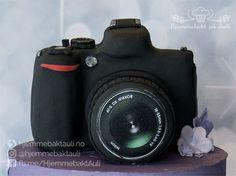 Konfirmasjonskake med kameraparat til en jente som er glad i fotografering
