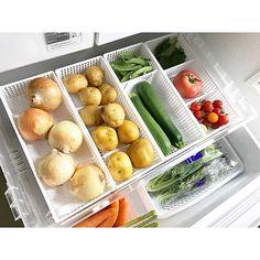 トマトは丸く長ネギは細長い。ほうれん草はやわらかく、なすは形が不ぞろい。そんな野菜たちを収納する冷蔵庫の野菜室は、整理収納が難しい!という声もよく耳にします。今回は、紙袋やケースなどを使って、野菜室をおしゃれで、きれいに使い勝手よく整理収納するアイデアを、ユーザーさんの実例からご紹介します。