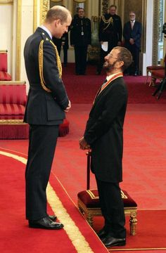 Former Beatle Ringo Starr, speaks with Britain's Prince William after receiving his knighthood at Buckingham Palace during an Investiture ceremony in London Tuesday March (Yui Mok/PA via AP) Ringo Starr, Les Beatles, Beatles Art, Richard Starkey, Michael Palin, Beatles Photos, Monty Python, The Fab Four, Prince William And Kate