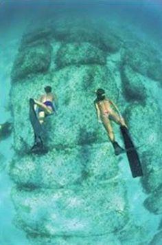Y si eso no es suficiente, Hoffman comparte el descubrimiento de la expedición de Ari Marshall en 1977. El equipo descubrió una pequeña pirámide en frente de Cayo Sal en las Bahamas. Marshall tomo fotos submarinas de la pirámide que se sumerge debajo de 45 metros de agua.