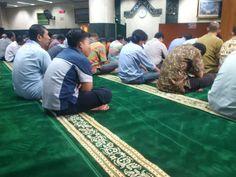 Alhamdullilah karpet Mesjid Al Badr baru, biar tambah semangat ibadah kita